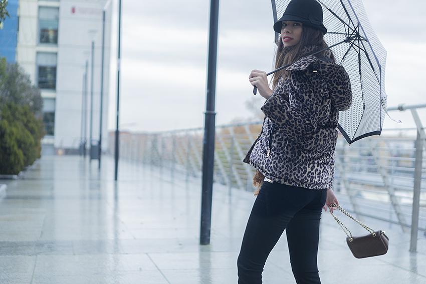 El temporal de lluvia y frío que llega no te va a pillar esta vez desprevenida, te mostramos el look perfecto para ello.