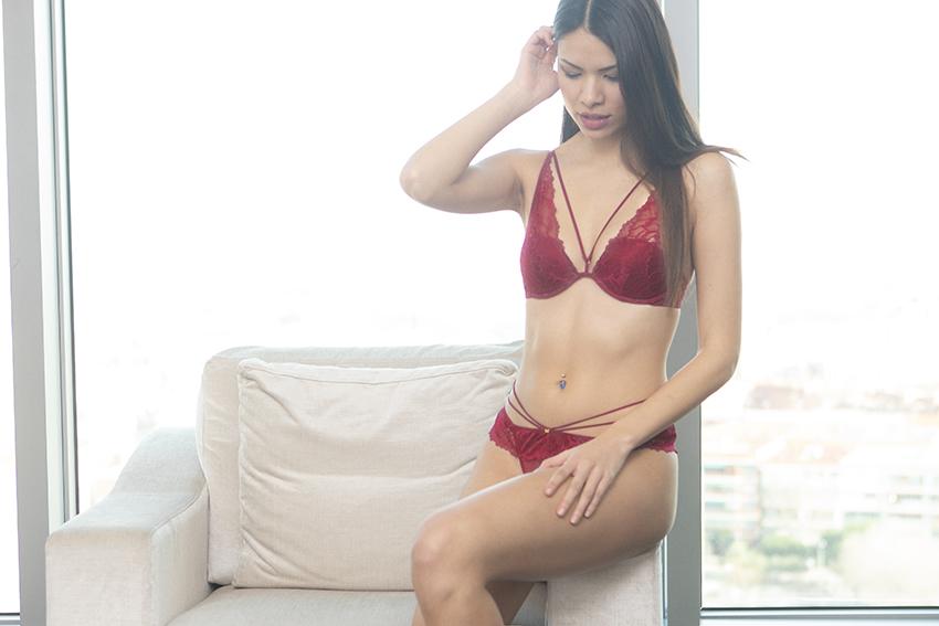 ¿Por qué el rojo nos hace sentir más atractivas? (bueno, el conjunto de lencería que os mostramos hoy ayuda, la verdad)